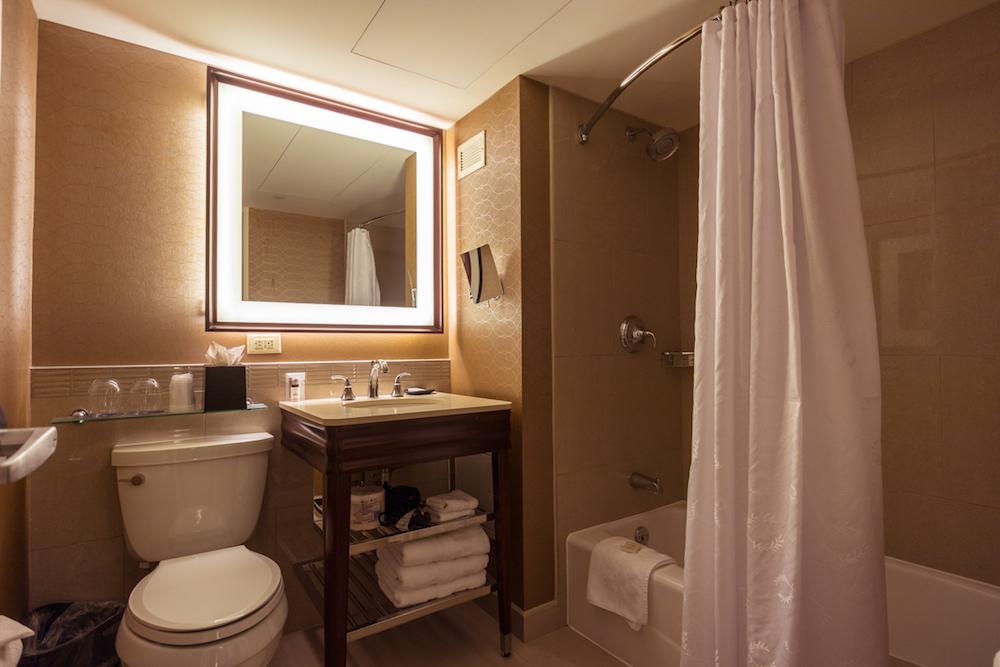 Sheraton Centre Toronto Deluxe Room bathroom