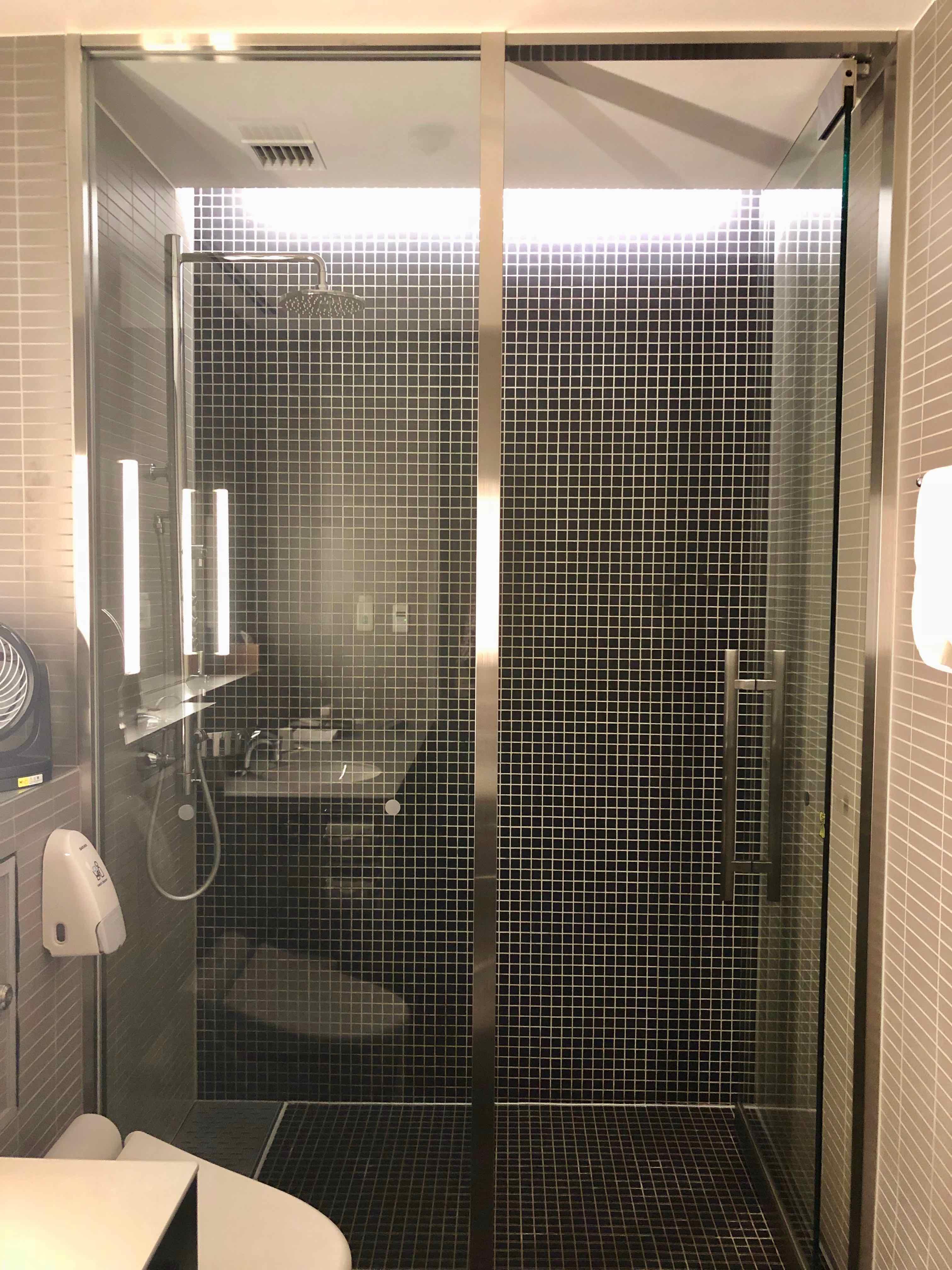 ANA Suite Lounge Haneda shower
