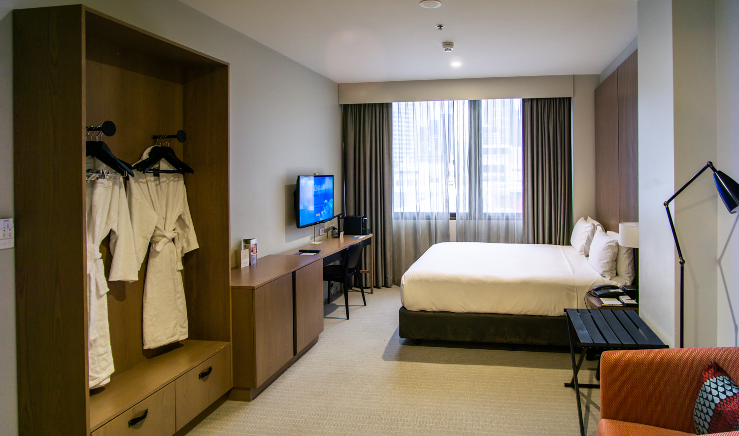 DoubleTree Hilton Melbourne King Room city view room