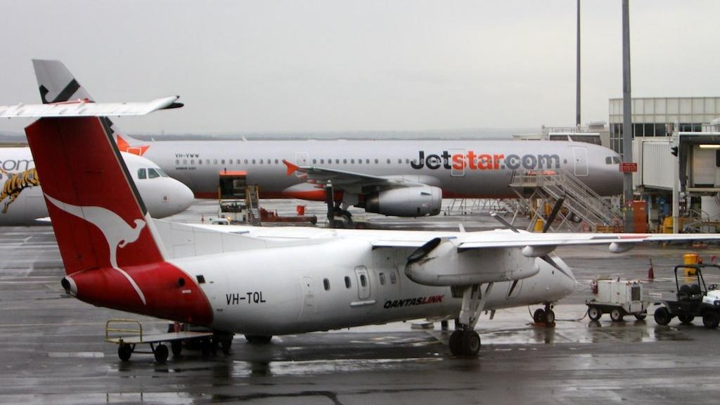 Qantas Embraer 190 and Jetstar Airbus A320 on tarmac