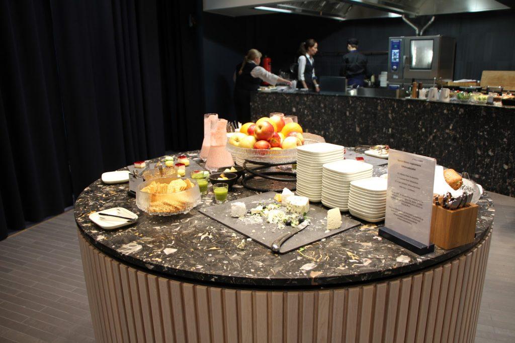 Finnair Platinum Wing Helsinki cheeses and fruits
