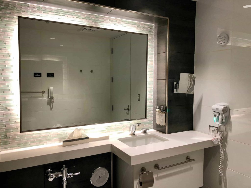 American Airlines Flagship Lounge Los Angeles shower