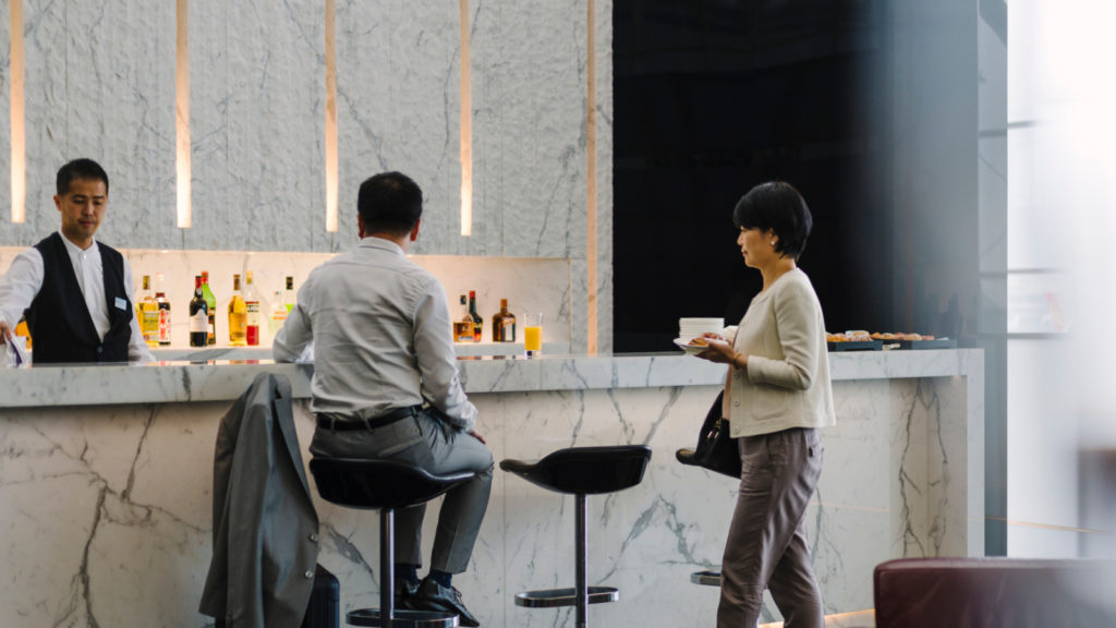 Cathay-Pacific-Wing-First-lounge-bar